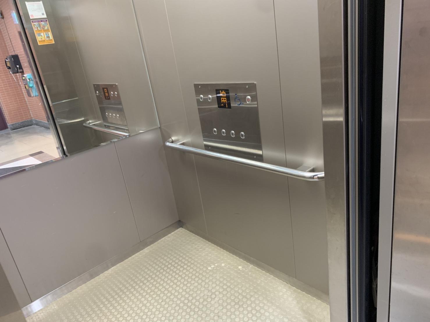 電梯無障礙扶手及樓層按鈕